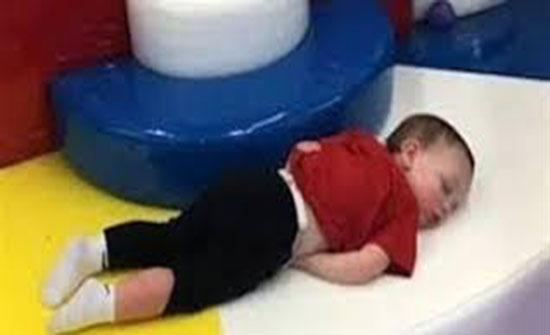 طفل ينعم بقيلولة هادئة داخل منطقة اللعب (فيديو)