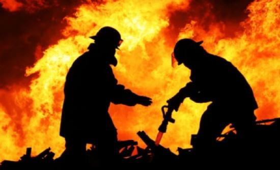 إصابة 4 من رجال الدفاع المدني جراء اخماد حريق في إربد