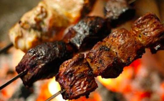 مطعم شهير في بيروت يستخدم لحم الكلاب في الطعام؟.. إليكم الحقيقة!