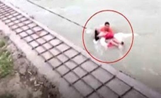 لحظة إنقاذ سيدة جرفتها مياه النهر بعد سقوطها بالخطأ (فيديو)