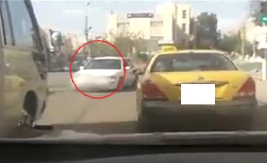 بالفيديو : سائق يسير عكس السير في الزرقاء