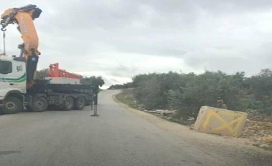 الاحتلال ينصب بوابة حديدية على مدخل قرية دير أبو مشعل شمال رام الله