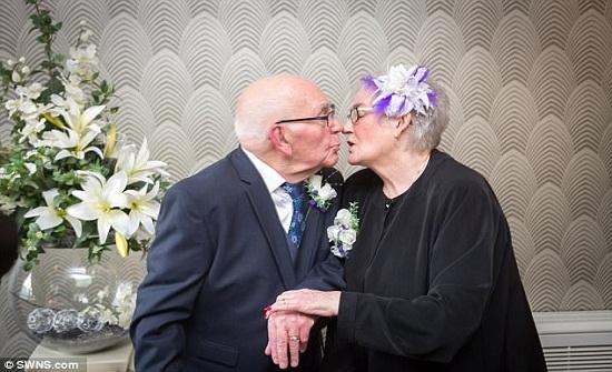 الحب ينتصر.. زواج عجوزين قاربا الـ100 عام