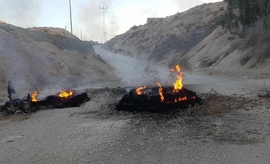 بالصور .. الزرقاء : مجهولون يحرقون الاطارات أمام  الكسارة التي وقع فيها اعتداء