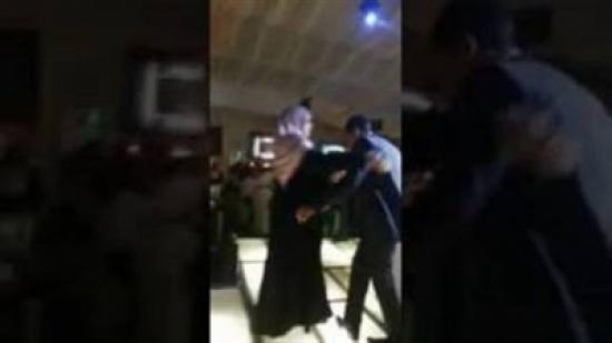 بالفيديو.. عريس يقبل قدم أمه في مشهد أبكى الجميع
