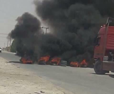 محتجون يغلقون شوارع الجفر بالاطارات المشتعلة
