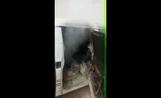 بالفيديو : مواطن يحرق مركبته امام ترخيص الزرقاء