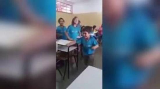 بالفيديو.. طفل مصاب بالشلل يمشي بفضل زملائه في الصف