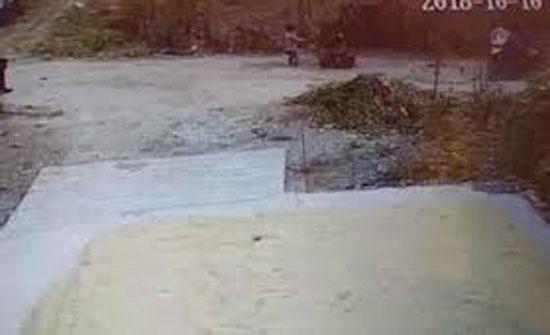 سائق متهور يسحق طفلا تحت عجلات رافعته (فيديو)