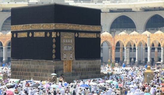شاهد.. جموع المصلين يؤدون آخر جمعة في العام بالمسجد الحرام