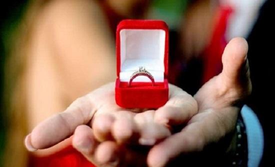 رجل خائن يقترح الزواج على السيدة الخطأ في رأس السنة الجديدة