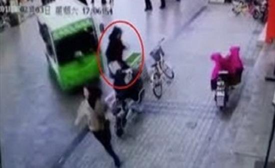 حافلة تنحرف عن مسارها وتدهس فتاة أسفلها (فيديو)