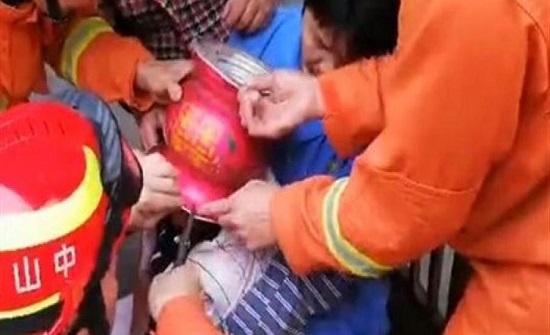 بالفيديو : لحظة إنقاذ صبي مشاغب حشر رأسه في كرة حديدية