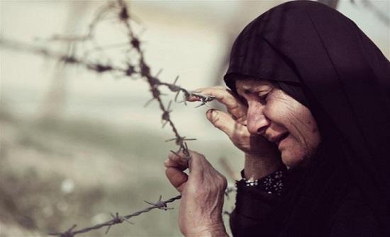 موظف في بلد عربي يعذب والدته ويتركها شبه عارية قبل وفاتها