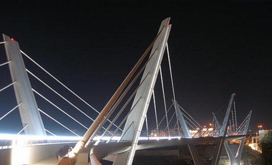 صور  :  شاب يحاول الانتحار من جسر عبدون