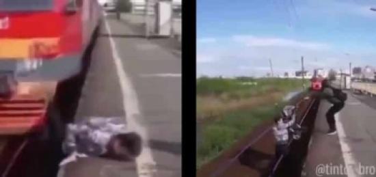 بالفيديو: سوري يخاطر بحياته لإنقاذ طفل رضيع سقط من أمه أمام قطار مسرع