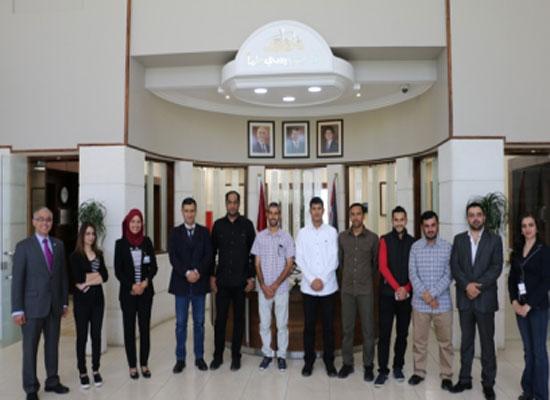 """وفد إعلامي عماني يطلع على تجربة دبلوما تدريبية في """" الشرق الأوسط"""""""