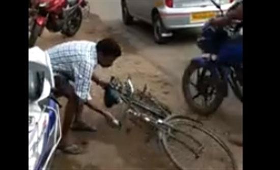 بالفيديو : مشهد طريف لشاب مخمور يحاول قيادة دراجته