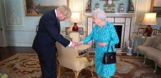 بعد لقائه الأوّل بالملكة.. جونسون يخرق البروتوكول!