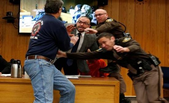 صور|هذا ما حصل خلال محاكمة الطبيب المتهم بالاعتداء الجسدي في أمريكا!