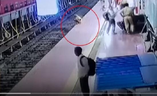 شرطي ينقذ حياة مسن ضعيف السمع من قطار قادم (فيديو)