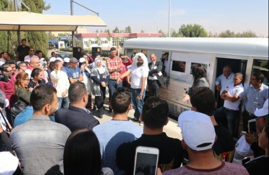 وصول حافلة النهضة لحرم جامعة الشرق الأوسط