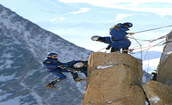 بالصور : خطر يهدد حياتهم... صور للمتسلقين تأسر الأنفس