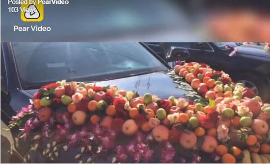 سيارة زفاف مزينة بالفاكهة تشعل مواقع التواصل (فيديو)