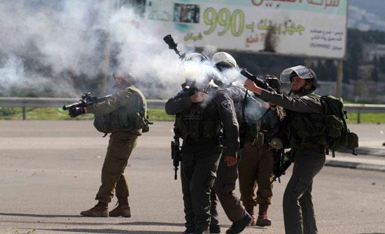 اصابات بالاختناق في الخليل جراء اطلاق الاحتلال الاسرائيلي الغاز السام