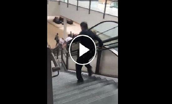 سقوط خطير لشرطي امريكي يطارد لصا بأحد المولات (فيديو)