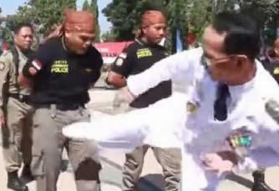 """عمدة مدينة إندونيسية يضرب ضباطا في الشرطة """" فيديو """""""