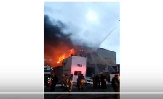 بالفيديو : شاهدوا كيف احترق مصنع بلاستيك في سحاب