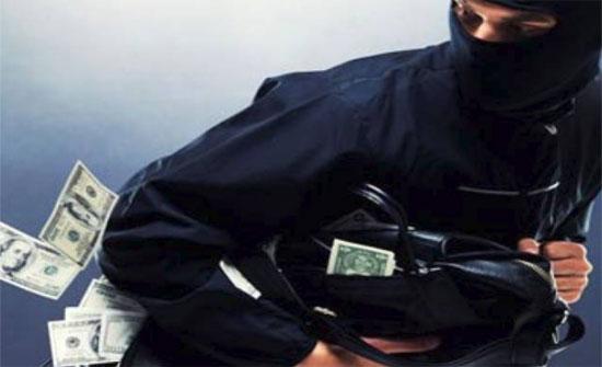 إغلاقات بمنافذ طرق في عمّان بحثًا عن سارق بنك في الوحدات