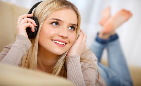 ما أضرار الاستماع للموسيقى الصاخبة بسماعات الرأس؟