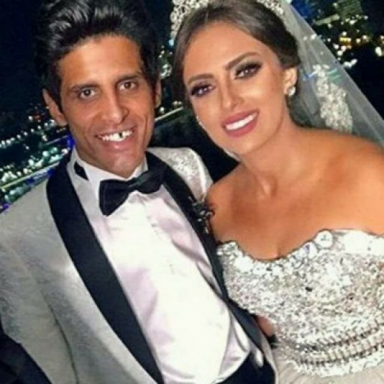 حمدي الميرغني وقبلة حميمة لزوجته في زفافهما – بالصورة
