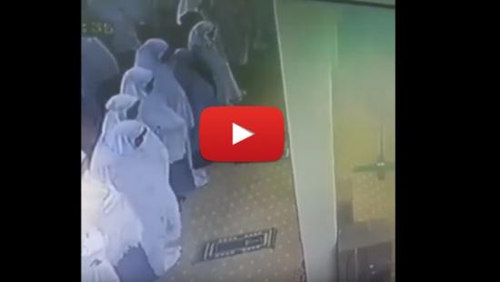 بالفيديو.. لحظة وفاة امرأة أثناء الصلاة بأحد المساجد
