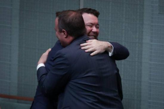 صور| أول نائب استرالي يعرض من داخل البرلمان الزواج على شريكه المثلي!