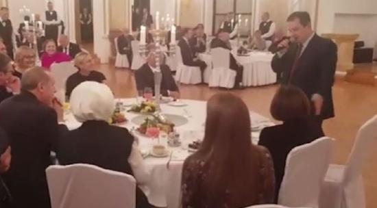 فيديو| وزير الخارجية الصربي يُفاجئ أردوغان ويُطربه بوصلة غنائية من الفلكلور التركي