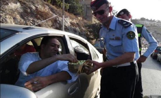 قسم سير عجلون يوزع الحلوى على المواطنين بمناسبة عيد الاضحى