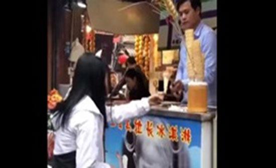 بالفيديو : فتاة ترد بقوة على مقلب بائع أيس كريم معها
