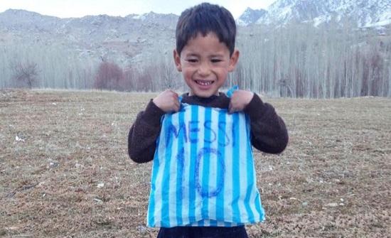 هل تذكرون هذا الطفل.. طالبان تحرمه من هدايا ميسي
