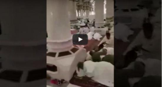 رجل يُصور المسجد النبوي من الداخل .. شاهد ماذا وجد!