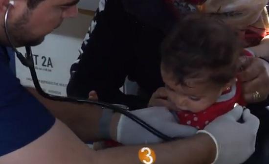 بالفيديو : معالجة مصابين سوريين في المستشفى الميداني الأردني