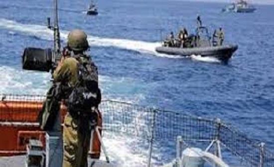 الاحتلال يصيب صيادا ويعتقل اخر في بحر رفح