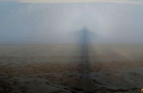لقطات مذهلة لطيف شبح بين الغيوم في ظاهرة نادرة (فيديو)