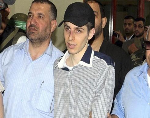 """خفايا الصفقة.. ماذا حدث لـ""""شاليط"""" عقب إطلاق القسام سراحه؟"""