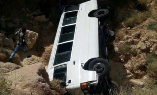 15 إصابة اثر حادث تدهور باص في المفرق