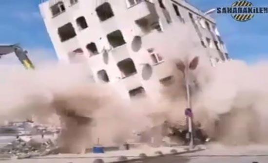 لحظات سقوط بناية ضخمة ( فيديو )