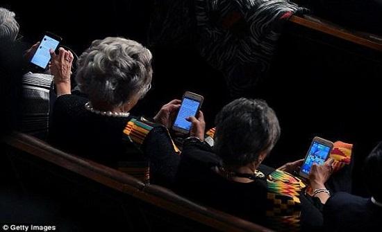 عضوات بالكونغرس يلعبن (كاندي كراش) خلال خطاب ترامب