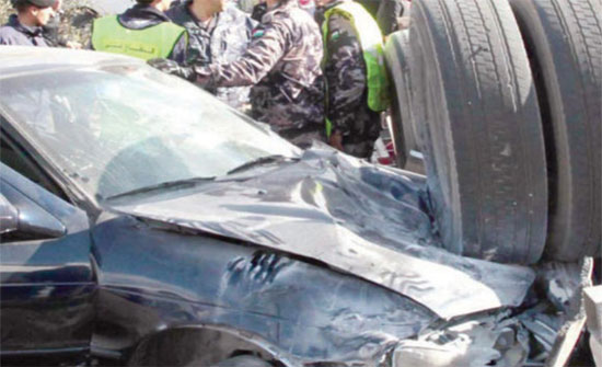 """7 اصابات بينهما اثنتان """"خطرة"""" بتصادم قلاب ومركبة في اربد (صور)"""